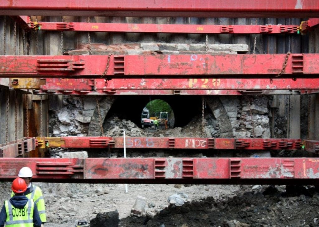 A temporary support was used while the tunnel was emptied